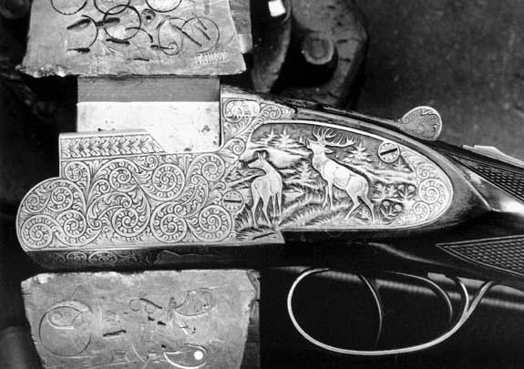 Bajorelieve en una báscula de escopeta grabada a buril
