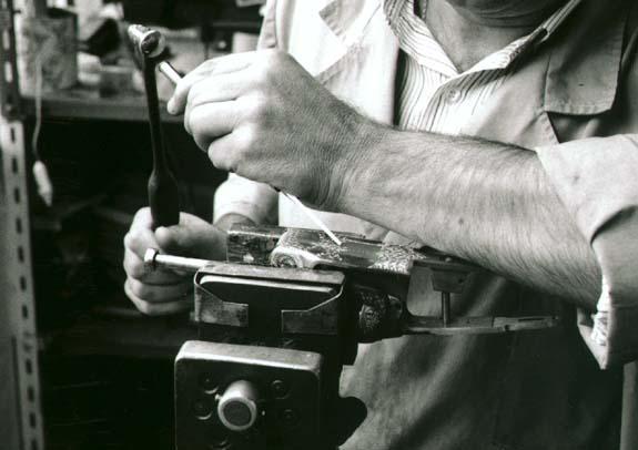 El grabador trabaja sobre una báscula de escopeta.