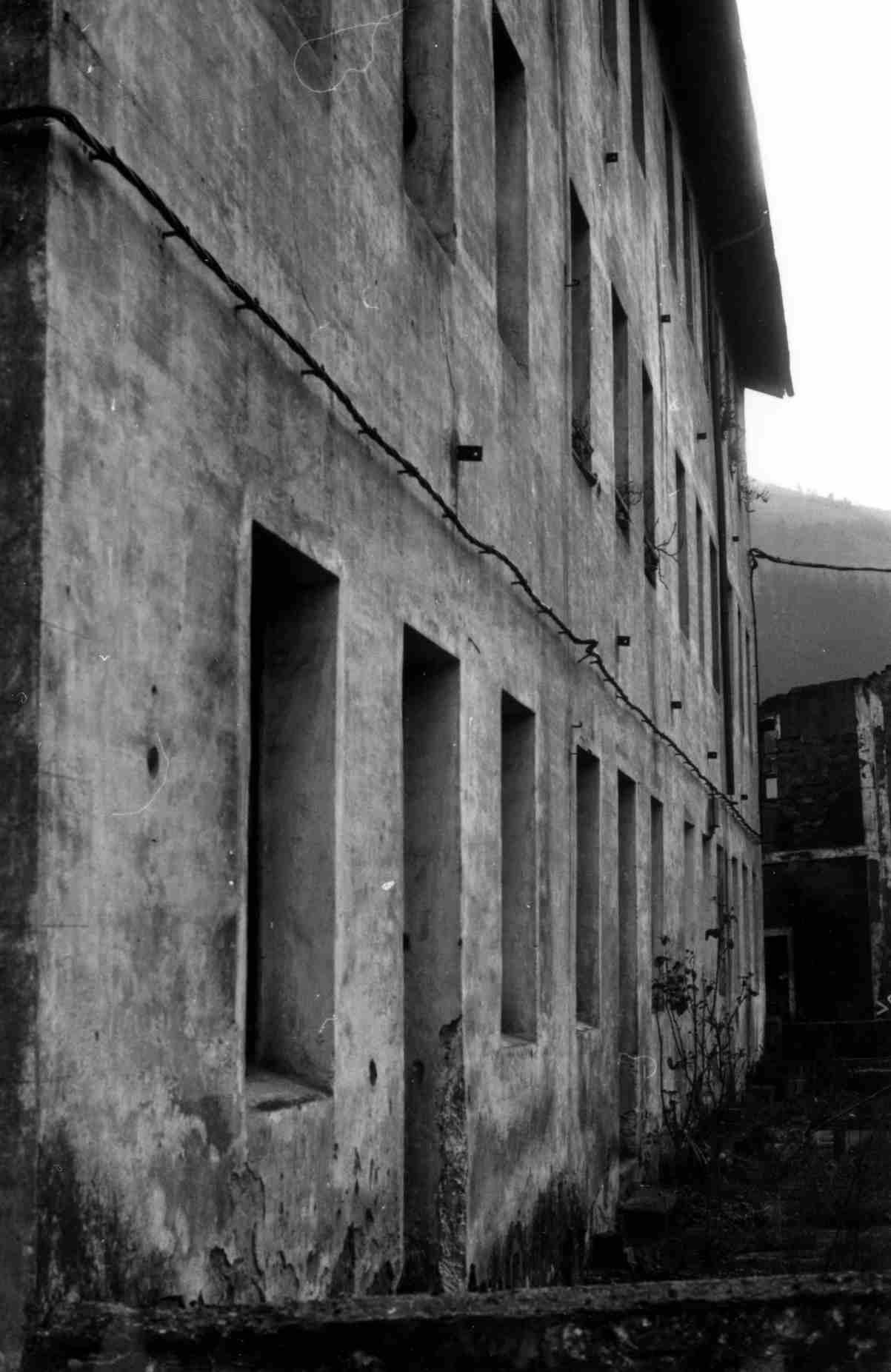 1986. Las casas de los ferroviarios. Todavía se pueden apreciar las dos vías:  la actual y la que iba a Vitoria-Pamplona, clausurada en  el año 1967.