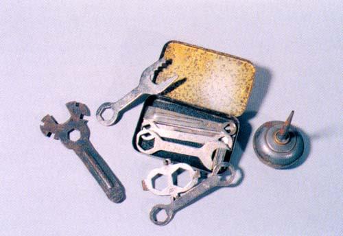 Aceitera y caja de herramientas con llaves, tensadores...