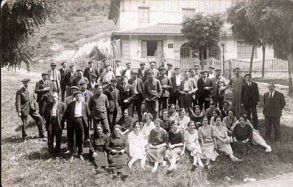 Trabajadores del Banco de Pruebas frente a la puerta