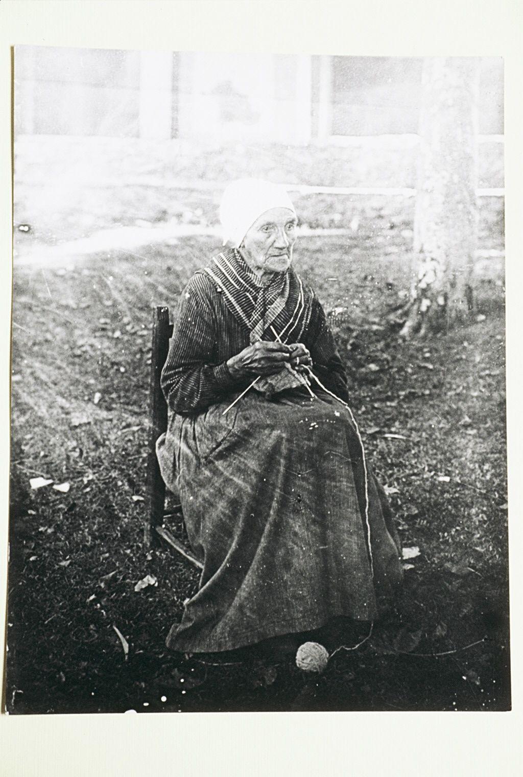 Abuela tejiendo (Fondo Ojanguren)