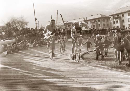 Espainiako Vueltaren etapa amaieran (1963), Jacques Anquetil, Bass Maliepard eta Guy Ignolin.